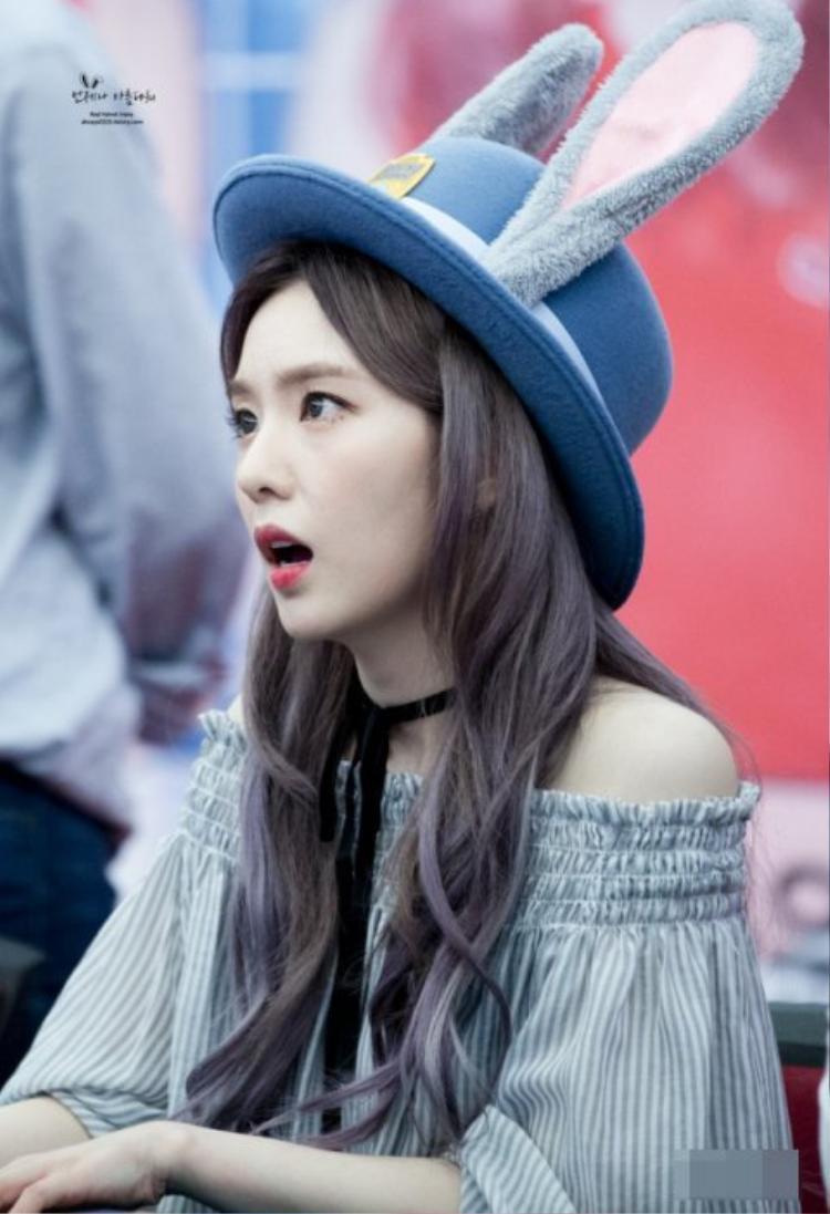 Biểu cảm ngơ ngác của Irene khiến fan không ngẩn ngơ.
