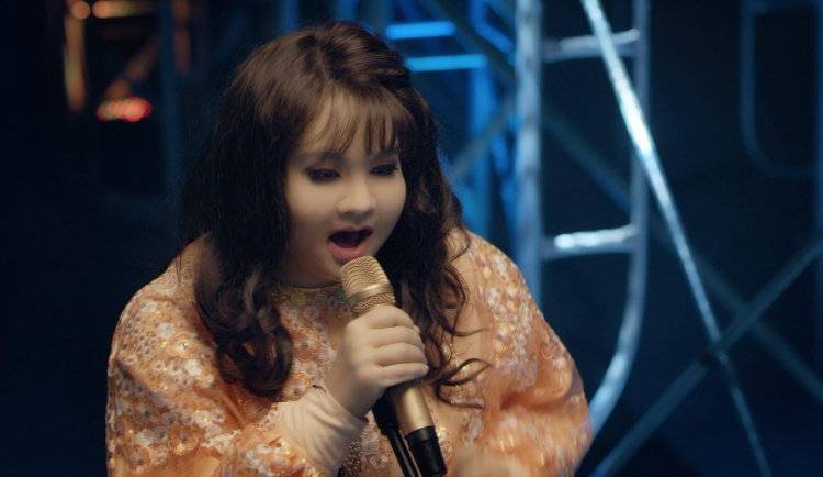 Cô nàng hóa trang để vào vai Hà My trong Sắc đẹp ngàn cân.