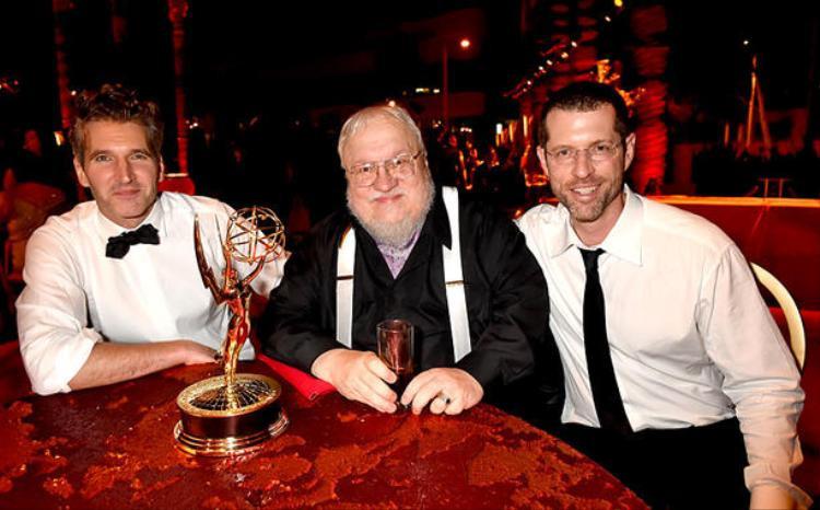 Bộ đôi biên kịch ăn mừng cùng tác giả Martin sau khi Game of Thrones thắng giải Emmy danh giá.