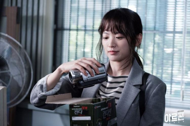 Nữ phóng viên thực tậpLee Yeon Hwa.
