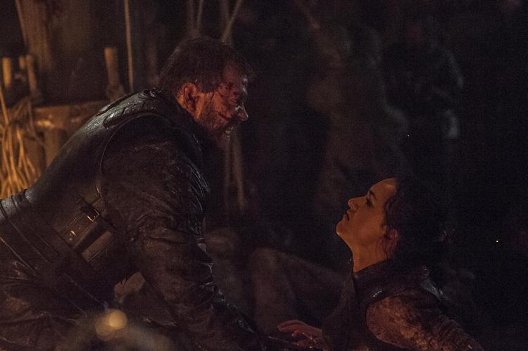 Euron giết cô gái Rắn Cát.