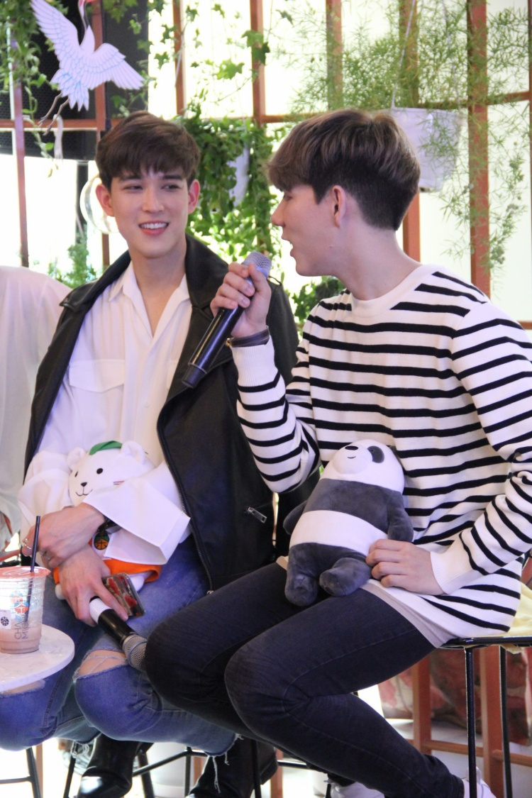 Fan phát cuồng với sự dễ thương và tình tứ của Both và Newyear tại Việt Nam