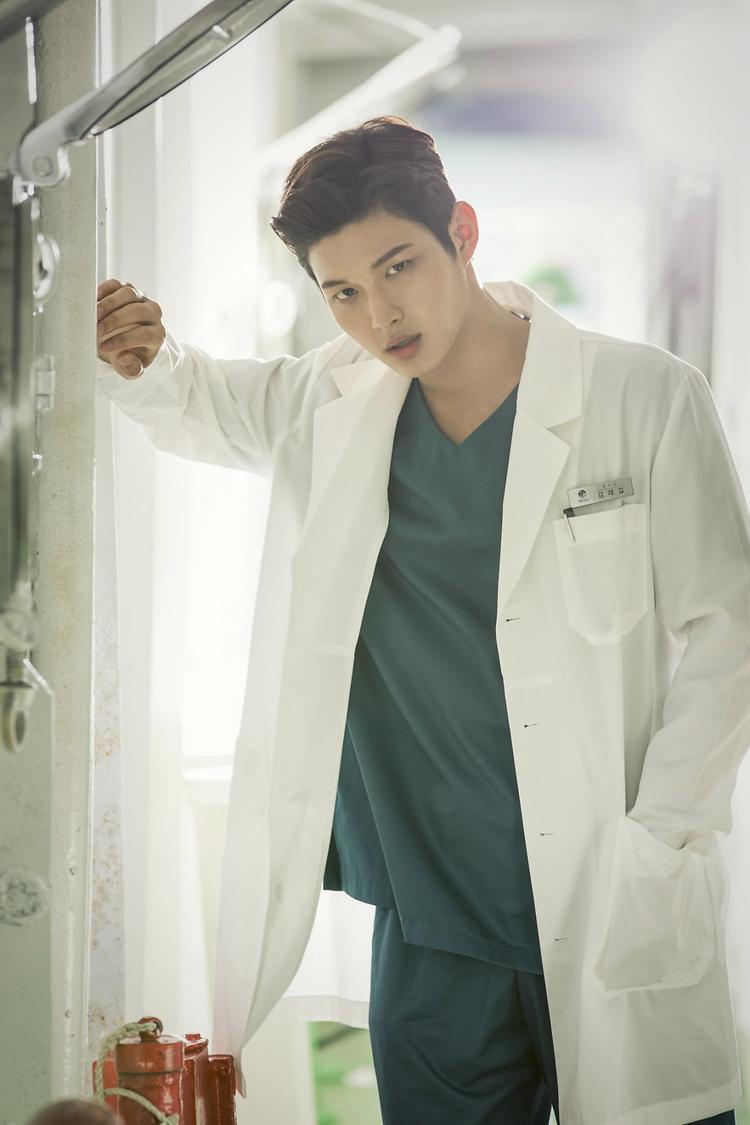 Lee Seo Won vai bác sĩ Kim Jae Gu.