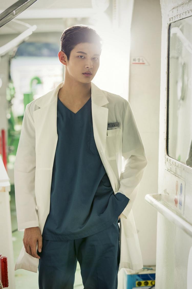 Đừng thất vọng về y đức vì vẫn còn những bác sĩ tốt tính như Ha Ji Won trong 'Hospital Ship'