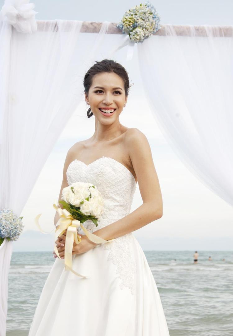 Trong bộ váy cưới màu trắng, nụ cười Minh Tú vô cùng rạng ngời.