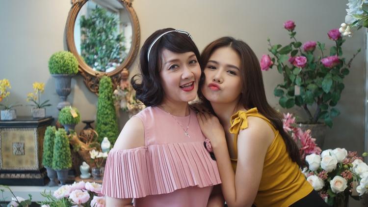 Nghệ sĩ Vân Dung trong vai bà mẹ bá đạo cùng cô con gái ngổ ngáo do Phương Anh thể hiện.