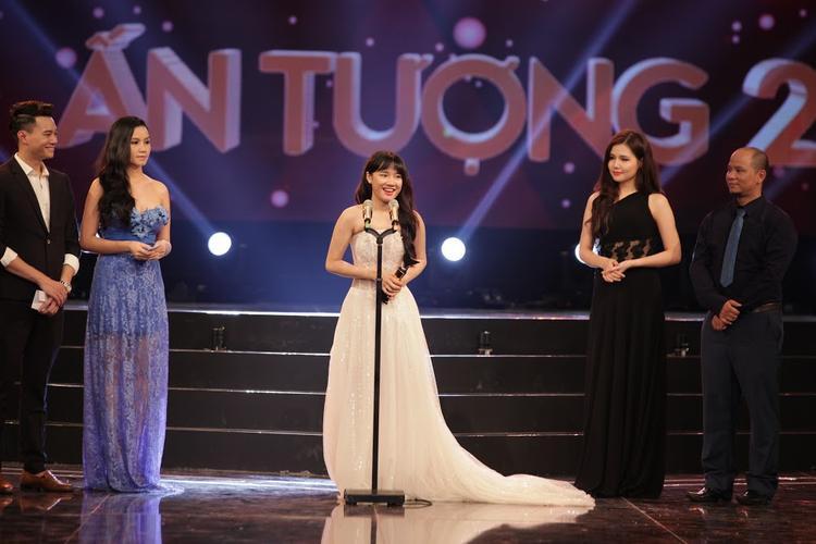 Nhã Phương hiện là người giữ kỷ lục 2 lần liên tiếp nhận cup VTV Awards tại cùng một hạng mục.
