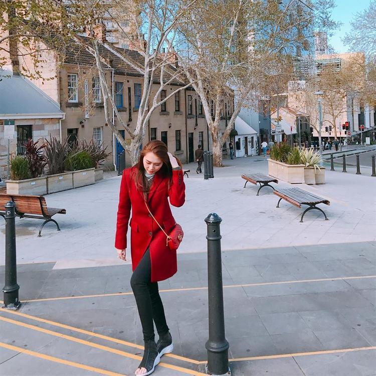 Tường Linh nổi bật với áo khoác đỏ kết hợp túi xách hàng hiệu.