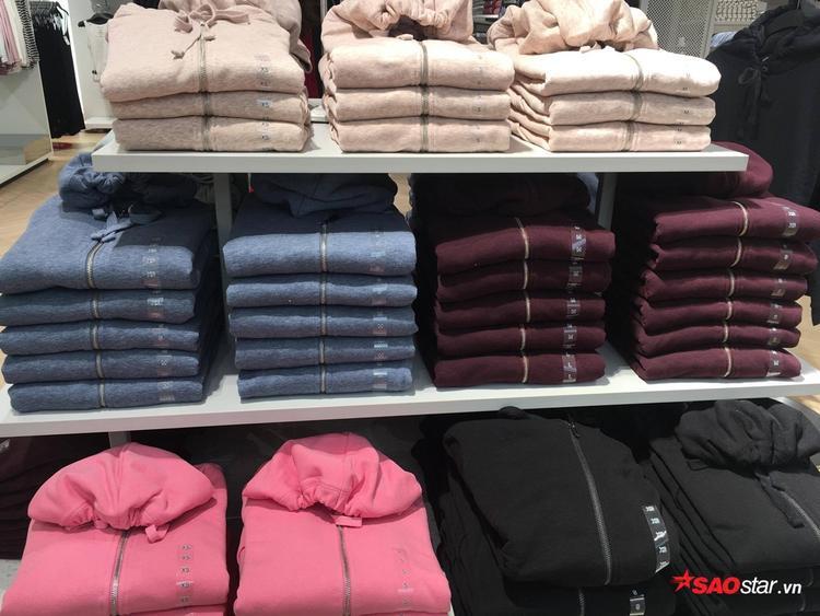 Áo khoác, hoodie đầy rẫy, đơn cử kiểu basic đơn sắc này phải chi H&M ra đủ 7 màu để mua lô cho tiện.