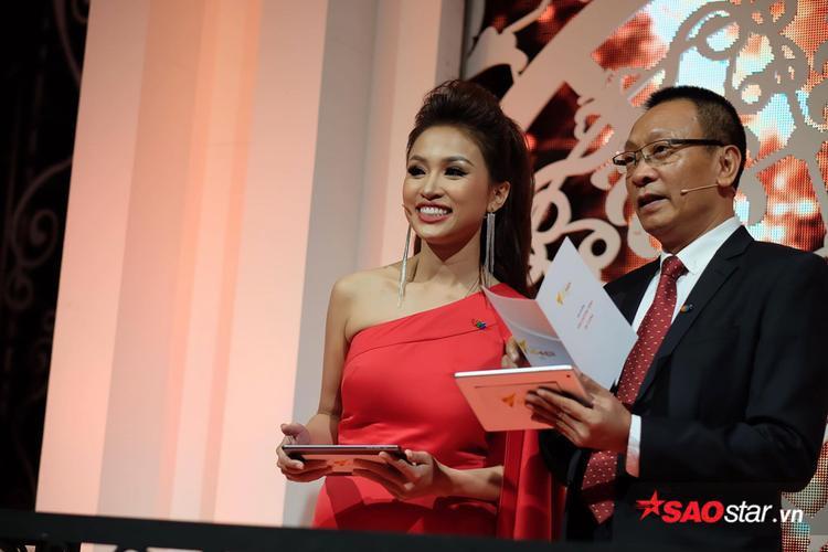 Lại Văn Sâm và Vân Hugo giữ vai trò dẫn dắt lễ trao giải.