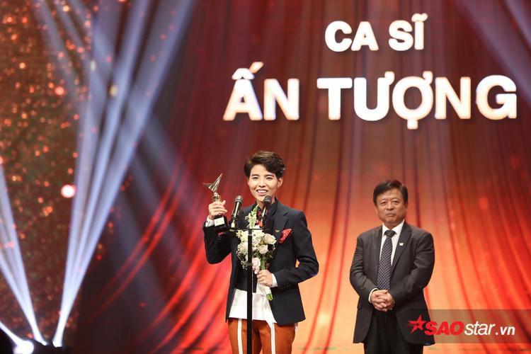 Nữ HLV Giọng hát Việt nhí 2017 bất ngờ giành giải thưởng Ca sĩ ấn tượng.
