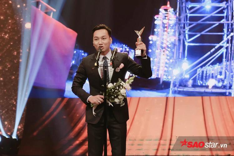 Trong phần phát biểu sau khi nhận giải, MC Thành Trung không giấu được cảm xúc hạnh phúc và tự hào.