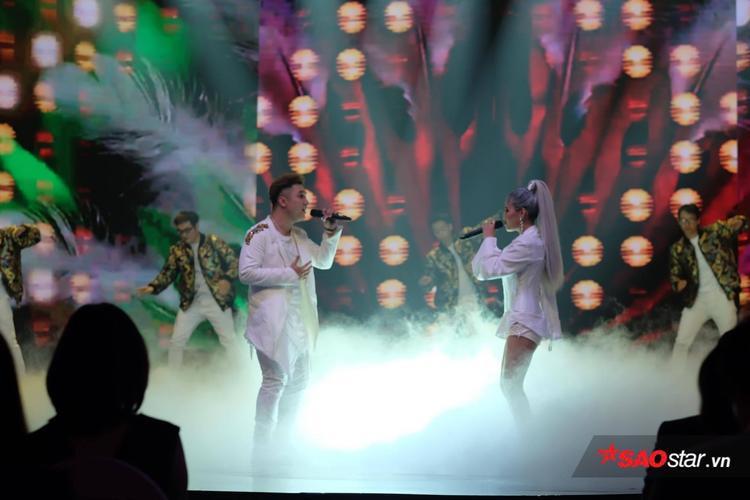 """Trong khi đó, Yanbi - Yến Lê cũng """"cháy"""" hết mình trên sân khấu."""