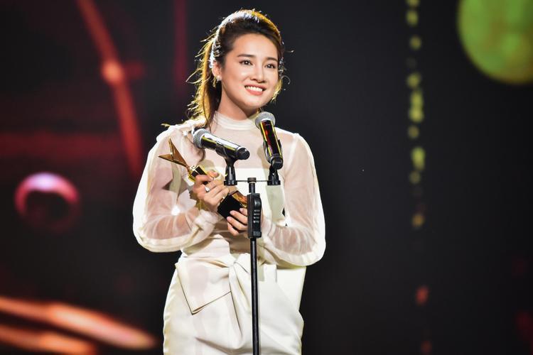 Nhã Phương thay mặt Trường Giang nhận giải thưởng Nghệ sĩ hài ấn tượng tại VTV Awards 2016.