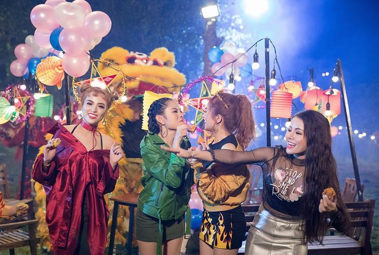 Những hình ảnh hậu trường cho thấy đây sẽ là MV mang đậm tính truyền thống, tinh thần vui vẻ, hạnh phúc, ấm áp.Các cô gái trưởng thành từ cuộc thi X-Factor 2016 thực hiện bài hát như món quà gửi tặng trẻ em Việt nhân dịp trung thu.
