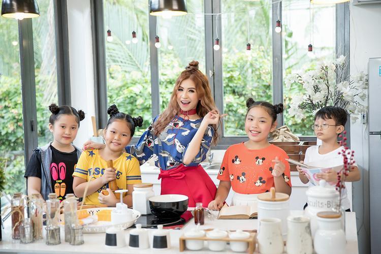 Với Hồng Vịnh, đây là ca khúc mà cô đặt nhiều kỳ vọng bởi từ rất lâu, thị trường chưa xuất hiện những bài hát in dấu ấn trẻ thơ cũng như mang đậm nét truyền thống Việt.