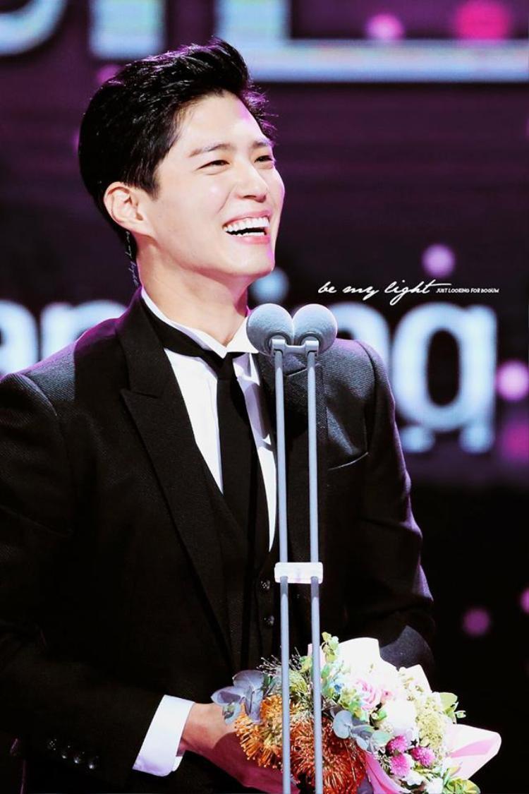 Park Bo Gum hạnh phúc khi nhận giải thưởng.