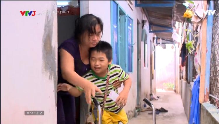 Chuyện đời của cậu bé khuyết tật, mồ côi cha, biết tính tiền vé số trước cả đánh vần tên