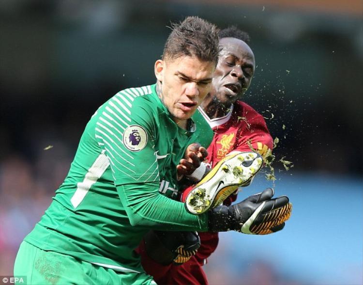 Trong tình huống tấn công của Liverpool ở phút 37, Mane đã va chạm cực mạnh với thủ môn Man City, Ederson. Cụ thể, do quá ham bóng, Mane đã đạp thẳng chân vào mặt thủ môn người Brazil.