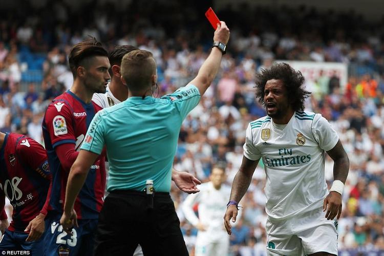 Marcelo bị thẻ đỏ cuối trận.