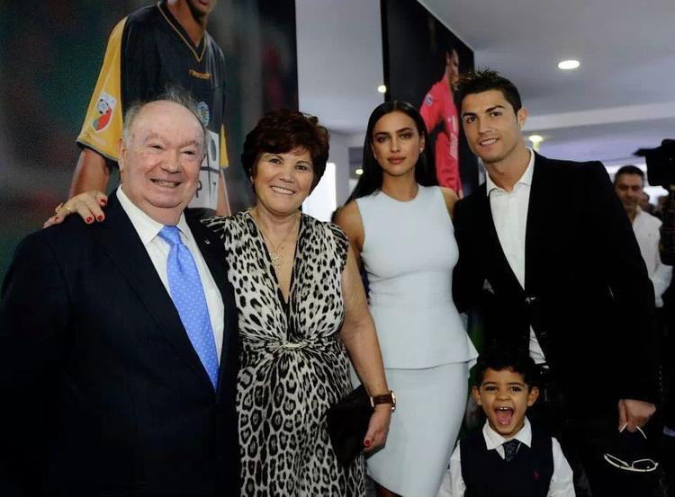 Ronaldo vì mẹ mà chấm dứt tình cảm với Irina Shayk.
