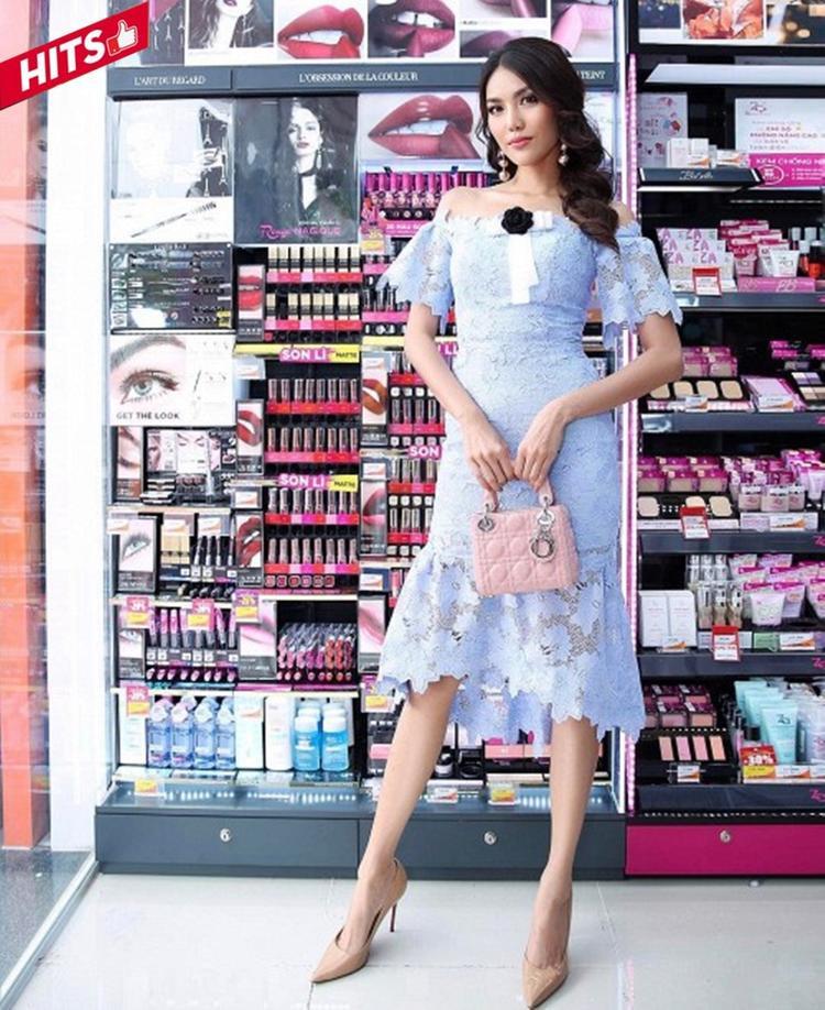 """Không còn mang dáng vẻ """"chị Đại"""" trong những bộ cánh menswear cá tính, Lan Khuê tuần vừa qua gây thương nhớ bởi phong cách """"bánh bèo"""" trong váy ren trễ vai tông baby blue. Chân dài còn kết hợp các tông nude từ giày đến chiếc túi Dior nhỏ xinh để tạo nên một tổng thể hài hòa, mát mắt."""