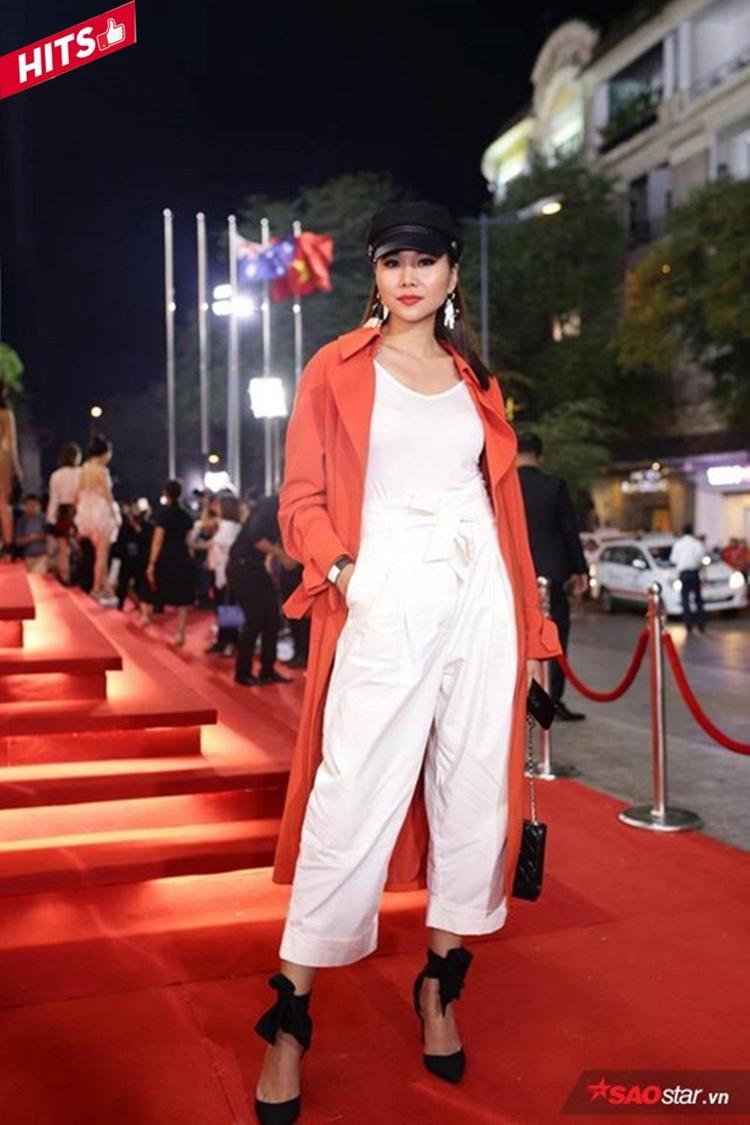 Các gam trắng - đen - đỏ được kết hợp hài hòa từ trang phục đến phụ kiện, Thanh Hằng chưa bao giờ làm người hâm mộ phải thất vọng về gout thời trang của mình.
