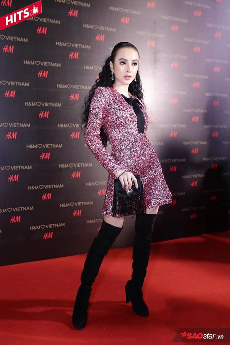Đầm sequin lấp lánh cùng đôi boots cao mang đến cho Angela Phương Trinh diện mạo vừa quyến rũ, sexy lại vô cùng ngọt ngào. Đặc biệt, kiểu tóc xoăn xù tuyệt đối cũng thể hiện sự đầu tư công phu của cô nàng trong khoản tóc tai đi dự sự kiện.