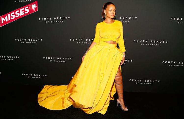 """Không hiểu được ý đồ của Rihanna là gì khi trên thể thao, chất lừ với áo thắt eo còn phần dưới thì """"quét sạch"""" thảm đỏ bằng váy công chúa xẻ tà trông có phần khá luộm thuộm. Phải nói thêm đôi giày thắt quá chặt khiến cho đôi chân của chị nhà vốn đã không được thon thả như các nàng siêu mẫu nay lại như một """"khúc giò chả"""" chính hiệu… Dù tông màu vàng có thể hút trọn spotlight đó nhưng bộ cánh này thì thảm hại quá rồi chị Riri ơi."""