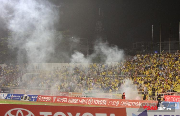 Pháo sáng làm khói bay nghi ngút khắp sân.