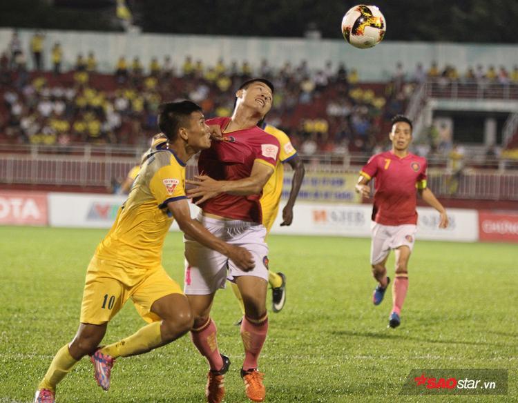 Liên quan đến trận đấu, CLB Sài Gòn (áo đỏ) đã đánh bại FLC Thanh Hóa với tỉ số 2-0 nhờ các pha lập công của Đỗ Văn Thuận và Ngân Văn Đại.