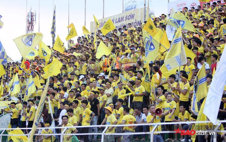Đã có khoảng hơn 6000 CĐV Thanh Hóa phủ kín khán đài B và một nữa các khán đài C, D sân Thống Nhất để cổ vũ cho đội bóng quê hương trên sân khách.