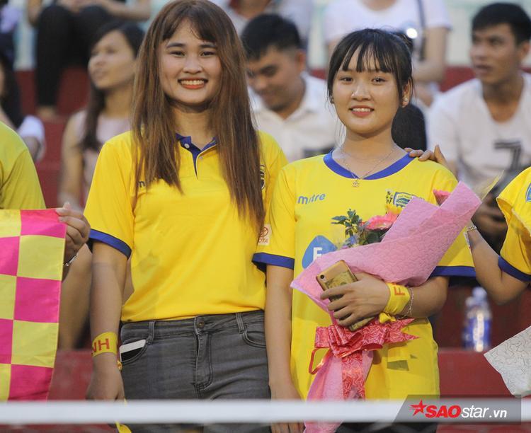 Không chỉ tạo ra bầu không khí bóng đá hết sức sôi động mà các fan áo vàng còn để lại ấn tượng với nhiều fan nữ khá dễ thương.