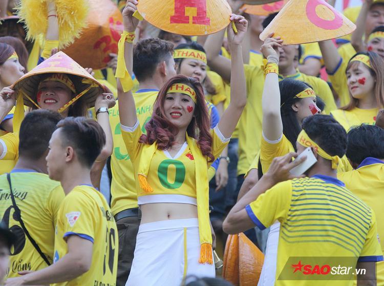 Thậm chí các fan nữ không ngần ngại nhảy nhót, ca hát cuồng nhiệt trước hàng nghìn khán giả khác.