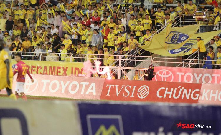 Đáng chú ý trong hiệp 2 của trận đấu này, hai quả pháo sáng từ khu vực khán đài B có đông CĐV Thanh Hóa bị ném xuống sân gây ảnh hưởng đến trận đấu.