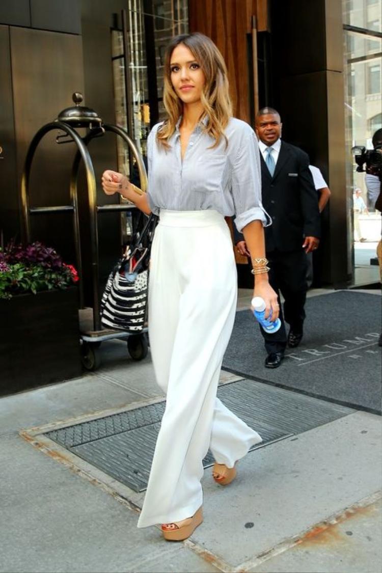 Quần suông kết hợp với áo sơ mi sẽ là bộ đồ tuyệt vời để các cô nàng chân ngắn diện tới công sở
