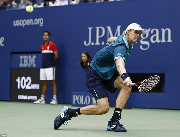 Anderson chống đỡ vất vả trướckỹ năng trả giao bóng siêu việt bằng những cú topspin và điều bóng cực xoáy của Nadal.