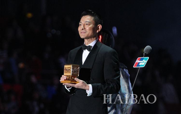 Lưu Đức Hoa trước phần trao giải cho EXO. Nam tài tử xứ Cảng thơm là nghệ sĩ khách mời tại MAMA 2014.