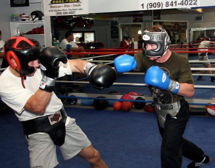 GGG (áo trắng găng đen) đấu tập cùng Canelo (áo xanh găng xanh) cách đây 6 năm.