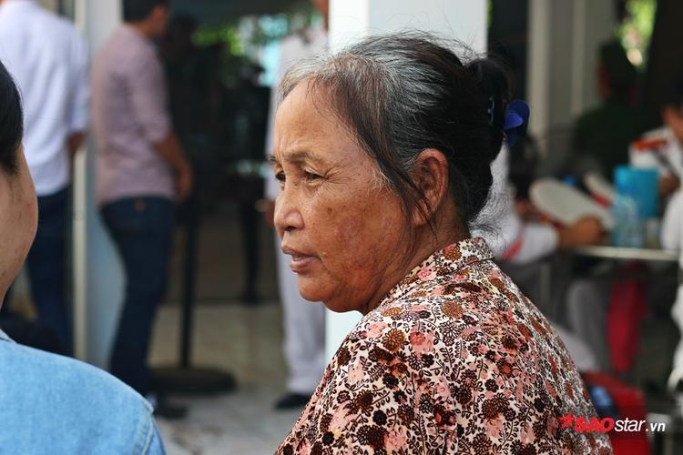 Hai người bà của chiến sĩ Phi Long xúc động khi người đầu bạc tiễn người đầu xanh.