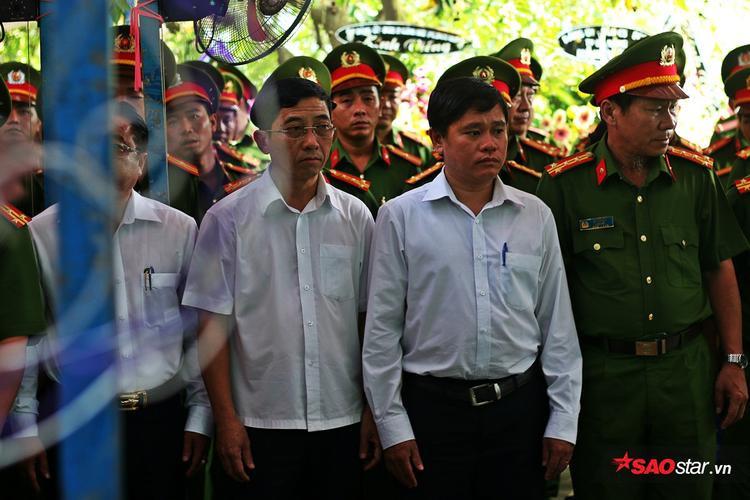 Nghẹn ngào lễ tang đưa chiến sĩ cứu hỏa về nơi an nghỉ: Đừng mang ba con đi, để ba con ngủ