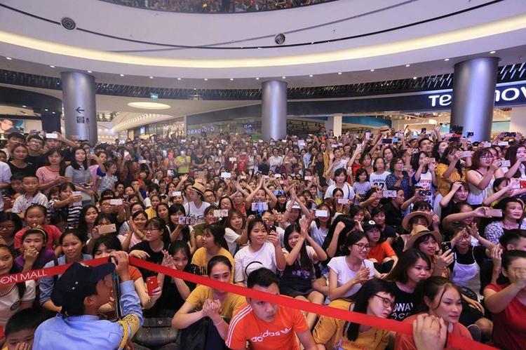 Các fan không ngừng cổ vũ cho thần tượng.