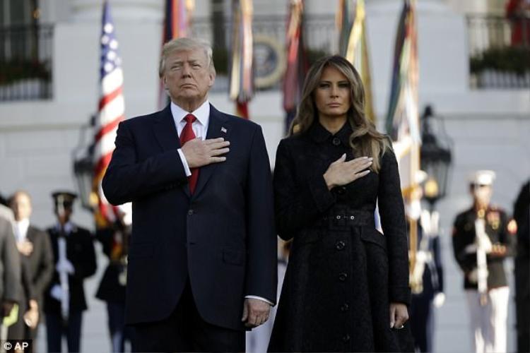 Đặt bàn tay lên tim một cách kính cẩn, vợ chồng Tổng thống bày tỏ sự kính trọng đến toàn thể 2.977 người đã qua đời trong vụ khủng bố.