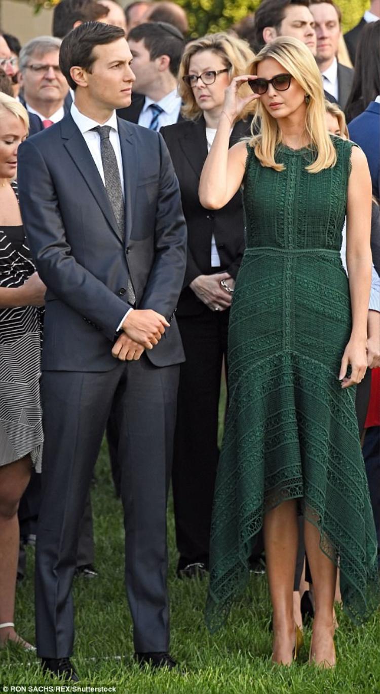 Đệ Nhất tiểu thư Ivanka Trump cùng chồng, Jared Kushner, cố vấn Tổng thống cũng đã có mặt trong đoàn người để cùng cha tri ân những người đã khuất.