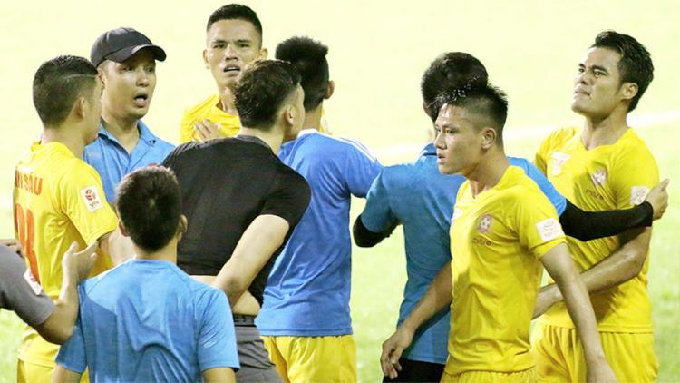 Thủ thành Văn Lâm (áo đen) tranh cãi với đồng đội sau trận thua trên sân Cần Thơ mùa giải trước. Ảnh VNE.