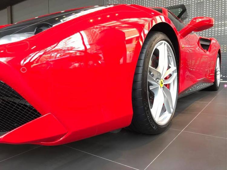 Cận cảnh siêu xe Ferrari hơn 10 tỷ Tuấn Hưng vừa tậu.