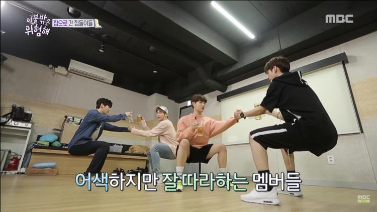 4 chàng trai Wanna One tạo dáng ấn tượng để nâng ly.