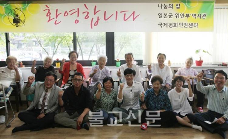 MC Yoo Jae Suk thường âm thầm dành những khoảng tiền rất lớn để chăm sóc cho người già và trẻ em.