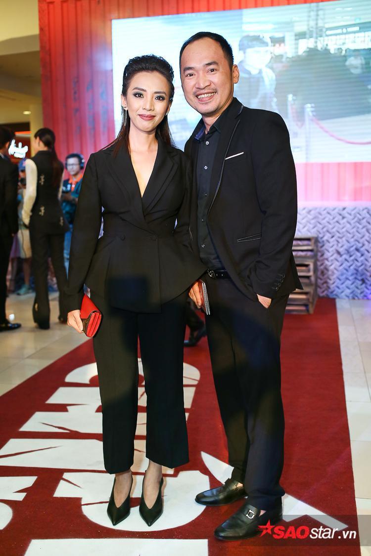 Vợ chồng Thu Trang - Tiến Luật sánh đôi bên nhau.