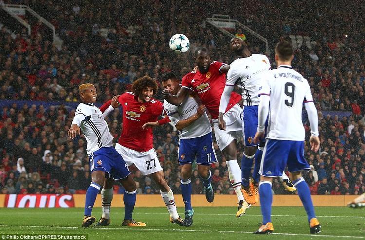 Sau Fellaini, Lukaku tiếp tục khiến các CĐV áo đỏ hạnh phúc với bàn thắng cũng từ một pha đánh đầu được ghi ở những phút đầu hiệp 2.